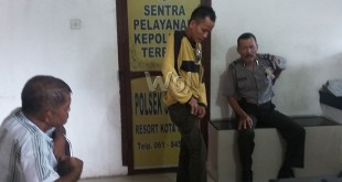 Suami korban (baju kaos kuning) didampingi Kepling (kiri) sedang menjelaskan kepada petugas SPKT Polsek  Medan Sunggal masalah perselingkuhan istrinya.(WOL Photo/gacok).