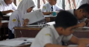 Sejumlah siswa mengikuti pelaksanaan Ujian Nasional (UN) tahun 2016 untuk tingkat SLTP di SMP Negeri 2, Medan, Senin (9/5). Hari ini merupakan hari pertama pelaksanaan UN untuk tingkat SLTP dengan mata pelajaran yang diujikan Bahasa Indonesia. (WOL Photo/Ega Ibra)