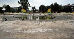Kolam yang berada di Taman Sri Deli dikeringkan untuk dibersihkan, Medan, Senin (30/5). Menjelang bulan Ramadhan Kolam Sri Deli dibersihkan karna akan dijadikan lokasi Ramadhan Fair. (WOL Photo/Ega Ibra)