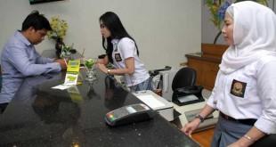 Karyawan Bank Swasta Bukopin memakai seragam sekolah SMA saat melayani nasabah, Medan, Senin (2/5). Pihak manajemen bank tersebut mewajibkan para karyawan untuk memakai seragam SMA dalam memperingati hari Pendidikan Nasional 2016. (WOL Photo/Ega Ibra)
