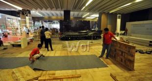 Pekerja menyelesaikan pengerjaan lokasi yang akan dipakai untuk Pameran Otomotif Medan (POM) 2016, Medan, Selasa (24/5). POM 2016 akan dibuka pada Rabu (25/5) dan akan diisi oleh sejumlah merek otomotif ternama di Indonesia. (WOL Photo/Ega Ibra)