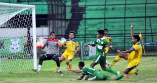 Sejumlah pemain PSMS Medan dan PSBL Langsa berebut bola saat pertandingan Indonesian Soccer Championship (ISC) B di Stadion Teladan, Medan, Sabtu (21/5). PSMS mengungguli PSBL dengan skor akhir 2-0. (WOL Photo/Ega Ibra)
