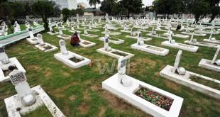 Warga berdoa di makam keluarganya yang telah meninggal dunia saat berziarah ke Taman Makam Pahlawan Medan, Senin (30/5). Ziarah makam merupakan tradisi yang dilakukan oleh umat muslim menjelang bulan suci Ramadhan. (WOL Photo/Ega Ibra)
