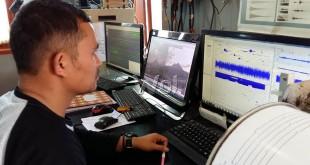 Armen Putra, Ketua Pos Pengamatan Gunung Sinabung, Desa Ndokum Siroga, Kecamatan Simpang Empat, Kabupaten Karo tengah memantau aktivitas Gunung Sinabung.(WOL Photo/M. Rizki)