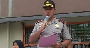 Kapolsekta Medan Baru, Kompol Ronni Bonic, memberikan kata sambutan pada Hardiknas di Perguruan Raksana Jalan Gajah Mada Medan.(WOL Photo/Gacok)