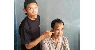 Menantu laki-laki sedang menunjukkan bagian mata mertuanya dianiaya anak durhaka, Selamet Riyadi alias Selamet. (WOL Photo/Gacok)