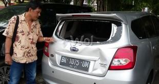 Mobil Datsun BK 1075 UM kaca depan dan belakang pecah serta body mobil penyok kena amuk massa.(WOL Photo/Gacok)