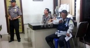 Human Hutagaol, pegawai Dishub Medan, korban penganiayaan usai visum nunggu giliran untuk membuat pengaduan di SPKT Polsek Medan Sunggal. (WOL Photo/Gacok)