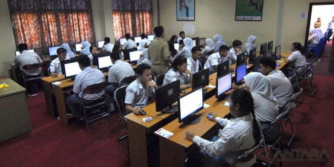 Suasana ujian nasional berbasis komputer. (Foto: Antara)