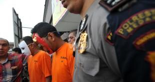 Petugas kepolisian membawa dua orang tersangka kepemilikan narkoba jenis sabu-sabu saat gelar kasus di Mapolresta Medan, Kamis (30/6). Kepolisian mengamankan dua orang tersangka kepemilikan narkoba dengan barang bukti 6 kg narkoba jenis sabu-sabu. (WOL Photo/Ega Ibra)