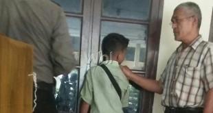 Petugas juru periksa (juper) Reskrim Polsek Medan Sunggal, menggiring tersangka ABG terlibat kasus pencabulan terhadap anak balita ke ruang tahanan. (WOL. Photo/gacok).