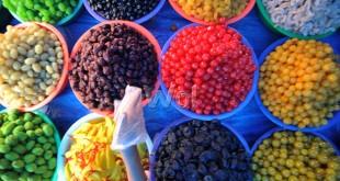 Pedagang menyusun manisan buah dagangannya di Pasar Petisah, Medan, Senin (27/6). Manisan yang dijual mulai harga Rp30.000 - Rp70.000 per kilogram permintaannya mulai meningkat menjelang Hari Raya Idul Fitri. (WOL Photo/Ega Ibra)