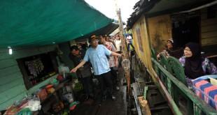 Menteri Koordinator Maritim dan Sumber Daya, Rizal Ramli menyapa warga ketika mengunjungi Kampung Nelayan Belawan, Medan, Jumat (17/6). Kunjungan Menko Maritim dan Sumber Daya tersebut untuk memberikan bantuan fasilitas perpustakaan dan dua unit kapal untuk transportasi anak sekolah. (WOL Photo/Ega Ibra)