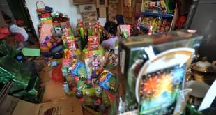 Pekerja menyelesaikan pembuatan percel Hari Raya Idul Fitri, Medan, Selasa (21/6). Parcel tersebut dijual dengan harga Rp 60.000 sampai Rp 2 Juta tergantung isi dan ukuran. (WOL Photo/Ega Ibra)