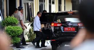 Wakil Walikota Medan Akhyar Nasution, keluar dari gedung Mako Brimob Polda Sumut usai menjalani pemeriksaan oleh KPK, Medan, Kamis (23/6). Akhyar diperiksa bersama 28 saksi lainnya sebagai saksi terhadap tersangka MA terkait tindak pidana korupsi suap kepada anggota DPRD Sumut periode 2009-2014 dan periode 2014-2019. (WOL Photo/Ega Ibra)