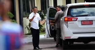 Jumsadi Damanik, Kepala Dinas Komunikasi dan Informatika Sumatera Utara saat tiba di Mako Brimob Polda Sumut untuk menjalani pemeriksaan sebagai saksi oleh KPK, Medan, Senin (27/6). KPK masih melakukan pemeriksaan lanjutan kepada 29 orang saksi lainnya untuk mengusut kasus suap yang melibatkan Mantan gubernur Sumut, Gatot Pujo Nugroho dan sejumlah mantan anggota DPRD Sumatera Utara periode 2009-2014. (WOL Photo/Ega Ibra)