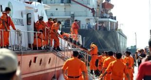 Petugas SAR menurunkan korban kecelakaan kapal usai dievakuasi saat Demo Pelaksanaan Operasi SAR Kecelakaan Pelayaran di Belawan, Medan, Rabu (1/6). Kegiatan ini diadakan dalam rangka Latihan Gabungan SAR Regional I di Belawan. (WOL Photo/Ega Ibra)