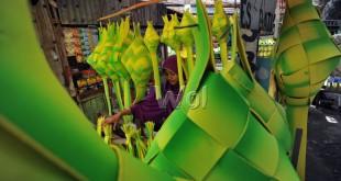 Penjual menyusun hiasan Ramadhan dagangannya, Medan, Rabu (15/6). Hiasan Ramadhan tersebut dijual dengan harga Rp5.000 sampai Rp250.000 tergantung jenis dan ukuran. (WOL Photo/Ega Ibra)