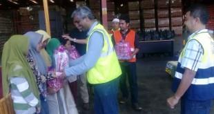 Supply Chain Director Coca-Cola Amatil Indonesia, Gigy Philip, menyerahkan bingkisan kepada anak yatim dari Zona-1 disaksikan oleh jajaran manajemen Coca-Cola Amatil Indonesia Northern Sumatra Operation.(foto: istimewa)