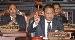 Ketua MK Arief Hidayat mengetok palu dalam sidang pengesahan Wakil Ketua MK (Heru/Okezone)