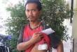 Korban Bambang Suhadi, memperlihatkan luka tikaman di rusuk kanannya. (WOL Photo/Gacok)