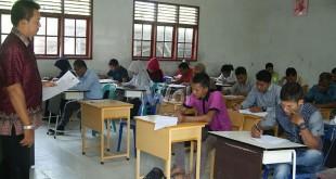 Calon Petugas PPK Mengikuti Ujian Tulis di SMA Negeri 1 Lhoksukon, Aceh Utara.(WOL Photo/Chairul Sya'ban)