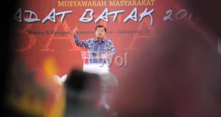 Wakil Presiden RI, Muhammad Jusuf Kalla memberikan sambutan saat meresmikan Musyawarah Masyarakat Adat Batak 2016 dan Rakernas Punguan Simbolon dohot Boruna Indonesia (PSBI) di Pantai Bebas Parapat, Danau Toba, Sabtu (30/7). Dalam kunjungan tersebut Wakil Presiden Jusuf Kalla juga melakukan penebaran 20 ribu benih ikan tawes, 5 ribu ikan pora-pora dan 20 ribu benih ikan batak di Danau Toba. (WOL Photo/Ega Ibra)
