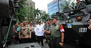 Pangdam I/BB, Mayjen TNI Lodewyk Pusung (kanan) melihat kendaraan tempur Anoa saat melakukan pemeriksaan pasukan untuk pengamanan kunjungan kerja Presiden RI, Joko Widodo ke Sumatera Utara, Medan, Rabu (20/7). Sebanyak 2000 personil gabungan TNI-Polri disiapkan untuk melakukan pengamanan pada kunjungan kerja Presiden RI, Joko Widodo ke Sumatera Utara yang dijadwalkan pada  21-22 Juli mendatang. (WOL Photo/Ega Ibra)