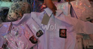 Penjual menyusun seragam sekolah yang dijualnya, Medan, jumat (15/7). Menjelang tahun ajaran baru 2016/2017 penjualan seragam sekolah meningkat hingga 50% dari biasanya. (WOL Photo/Ega Ibra)