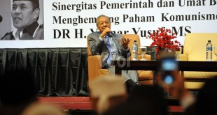 """Mahathir Mohamad, Mantan Perdana Menteri Malaysia memberikan materi saat menjadi pembicara di Seminar Internasional yang diselenggarakan Harian Umum Nasional Waspada, Medan, Senin (18/7). Seminar tersebut mengangkat tema """"Good Governance and Clean Government Perspektif Islam"""" (Pemerintah yang Benar dan Bersih). (WOL Photo/Ega Ibra)"""