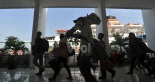 Sejumlah penumpang KM Kelud tiba di Terminal Penumpang Bandar Deli Belawan pada puncak arus mudik Idul Fitri 1437 H, Medan, jumat (1/7). Sebanyak 2.426 penumpang dari Tanjung Priok, Batam dan Tanjung Balai Karimun tiba di Belawan untuk mudik kesejumlah daerah di Sumatera Utara dan sekitarnya. (WOL Photo/Ega Ibra)