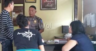 Petugas SPKT Polsek Medan Sunggal, Aiptu H Marianto SH memberikan penjelasan kepada korban begal Lamhot Saragih, disaksikan saudaranya.(WOL. Photo/gacok)