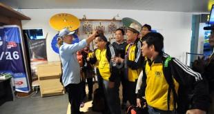 Panitia Pekan Olahraga Wartawan Nasional (Porwanas) XII 2016 menyambut kontingen Porwanas PWI Sumatera Utara saat tiba di Bandara Husein Sastranegara, Bandung, Senin (25/7). Sebanyak 10 cabang olahraga dan tiga kegiatan non-olahraga akan dipertandingkan pada Porwanas XII/2016 di Bandung pada 26-29 Juli 2016. (WOL Photo/Ega Ibra)