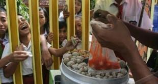 salah satu contoh jajanan anak sekolah dasar diduga mengandung bahan pengawet (foto: Antara)