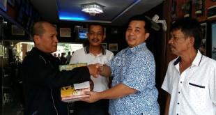 Ketua Fraksi Partai Demokrat (FPD), Drs Herri Zulkarnain MSi, (kanan) sedang menyerahkan paket lebaran kepada salah seorang wartawan DPRD Medan yang disaksikan Ketua Koordinator Wartawan Unit DPRD Medan, Satriadi (tengah baju putih) di Jalan Sei Besitang, Medan Baru, Sabtu (2/7).(WOL Photo/M.Rizki)