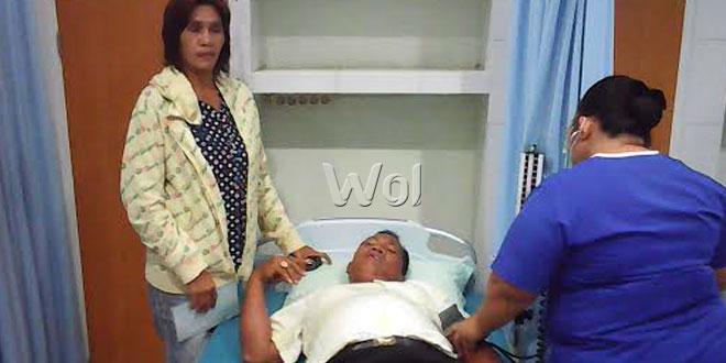 Korban sedang menjalani perawatan medis di RS Advent dan terlihat istri (kiri) sedang melihat dokter yang tengah memeriksa kesehatan suaminya.(WOL Photo/Gacok)
