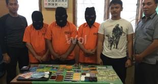 Kapolsek Medan Baru Kompol Ronni Bonic SH SIK MH, sedang mengintrogasi tersangka pembobol ATM didampingi personelnya.(WOL. Photo/gacok)