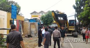 Warga Johor memprotes eksekusi lahan milik Pertamina yang digunakan untuk tempat berdagang, Rabu (31/8). (WOL Photo/Ega Ibra)