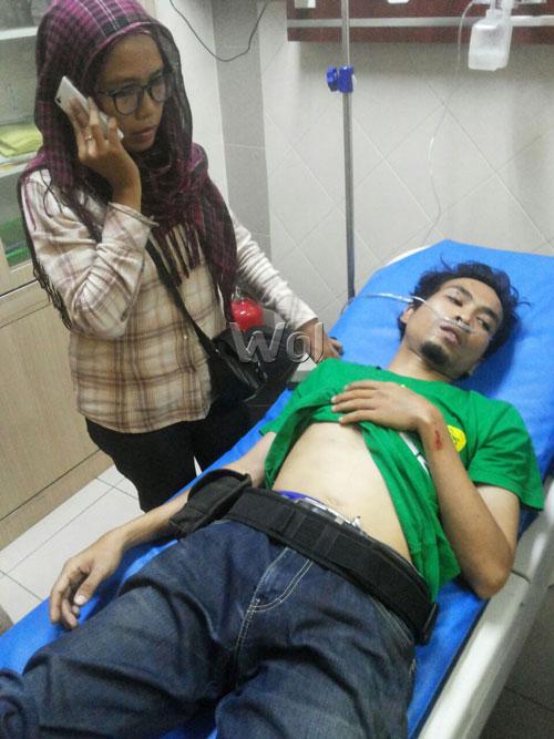 Wartawan Andri Syafrin dibesuk istrinya, Oriza Yati di Rumah Sakit Mitra Sejati, Medan.