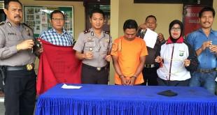 """Kapolsek Medan Sunggal, Kompol Daniel Marunduri, bersama personel memperlihatkan barang bukti disaksikan tersangka dukun """"raja"""" tipu bisa mengandakan uang.(WOL. Photo/gacok)"""