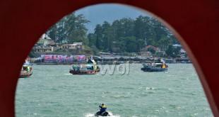Sejumlah kapal hias melakukan parade di sekitar Danau Toba pada pembukaan Karnaval Kemerdekaan Pesona Danau Toba (KKPDT) 2016, Parapat, Kabupaten Simalungun, Sumatera Utara, Sabtu (20/8). Selain kapal hias, KKPDT 2016 juga diisi oleh kesenian daerahm festival kuliner nusantara dan hiburan oleh artis papan atas. (WOL Photo/Ega Ibra)
