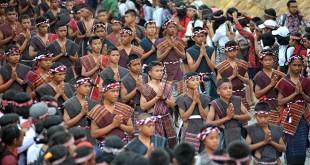 Peserta karnaval memakai ulos saat pembukaan Karnaval Kemerdekaan Pesona Danau Toba (KKPDT) 2016 di Balige Kabupaten Tobasa, Sumatera Utara, Minggu (21/8). Karnaval diikuti oleh 6.500 peserta dari 26 Provinsi di Indonesia dan tujuh Kabupaten di Sumatera Utara. (WOL Photo/Ega Ibra)
