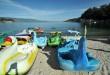 Sejumlah wisatawan berenang dan menikmati pemandangan Danau Toba, Parapat, Kabupaten Simalungun, Sumatera Utara (24/8). Danau Toba merupakan objek wisata danau tekto-vulkanik memiliki luas 1707 km persegi dan merupakan salah satu objek wisata andalan Sumatera Utara. (WOL Photo/Ega Ibra)