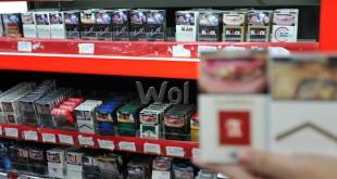 Karyawan mini market menunjukan rokok yang dijual, Medan, selasa (23/8). Pemerintah berwacana untuk menaikan harga rokok hingga Rp50.000 perbungkusnya. (WOL Photo/Ega Ibra)