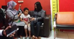 Sang ibu Agustina Dwi (kanan) didampingi saudaranya (kiri) sedang berbincang sama anaknya, Fauzi Fadullah Rangkuti yang sudah empat tahun tidak bersamanya.(WOL. Photo/gacok)
