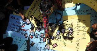 """Wartawan Kota Medan mengumpulkan kamera dan kartu pers saat menggelar unjuk rasa """" menolak Kekerasan Terhadap Jurnalis"""" di Medan, Selasa (16/8). Aksi itu mengecam tindakan kekerasan yang dilakukan oknum anggota TNI AU kepada dua orang wartawan Medan saat bertugas dan meminta pihak terkait untuk mengusut tuntas kasus tersebut. (WOL Photo/Ega Ibra)"""