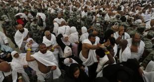 Jamaah haji melempar jumrah di Mina (Reuters)
