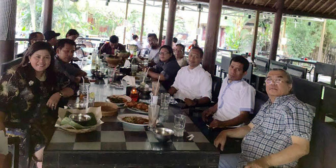 Chief Marketing Officer Manulife Indonesia, Novita J Rumngangun (kiri depan), bersama wartawan Waspada Online, Muhammad Rizki (tengah) dan sejumlah wartawan Medan lainnya.(foto: Ist)