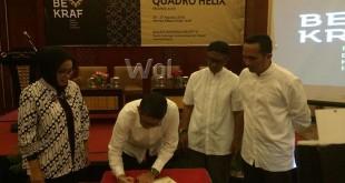 Endah Wahyu Sulistianti, Wakil Kepala Bekraf dan Sekda Provinsi Aceh diwakili Staf Ahli Gubernur Aceh, saat menandatangani MoU Perumusan Kerjasama Quadro Helix di Banda Aceh, Jumat (26/8). (Muhtadi Khadafy/WOL Photo)