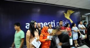 Warga mengantre untuk melaporkan Surat Pernyataan Harta (SPH) pada program amnesti pajak di Kantor Wilayah Direktorat Jenderal Pajak Sumatera Utara I, Medan, Kamis (29/9). Menjelang berakhirnya amnesti pajak periode pertama antrean para wajib pajak membeludak. (WOL Photo/Ega Ibra)